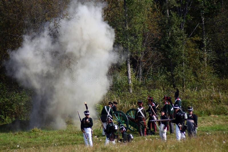 Vapeur et feu sur le champ de bataille Scène historique de reconstitution de bataille de Borodino photo stock