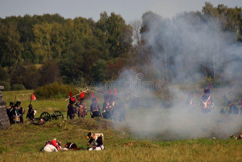 Vapeur et feu sur le champ de bataille Scène historique de reconstitution de bataille de Borodino images stock