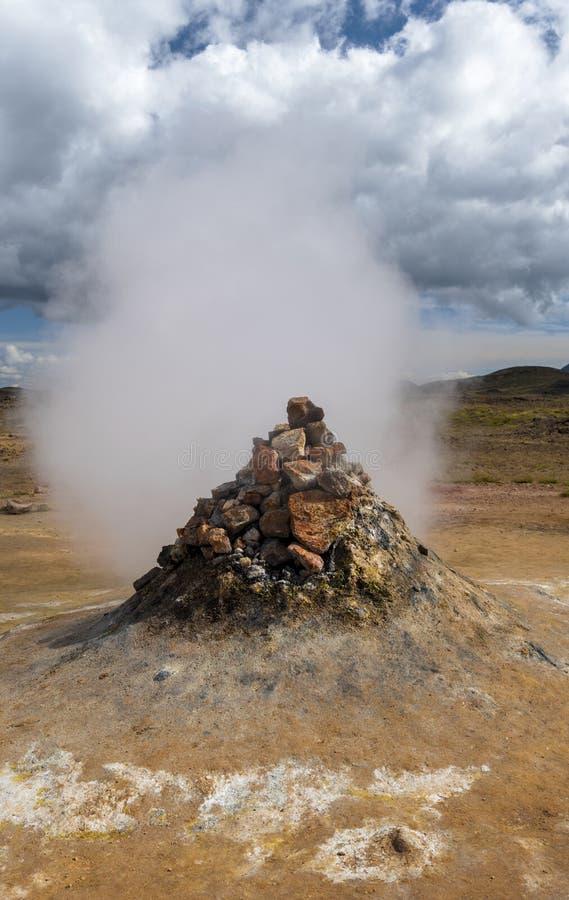 Vapeur et fumée s'engageantes de fumerolle dans le site hydrothermique de Hverarond en île du nord photos libres de droits