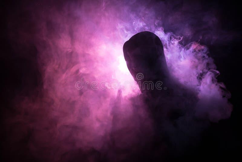 Vaping mężczyzna trzyma mod Chmura opary Czarny tło Vaping elektroniczny papieros z mnóstwo dymem Vape pojęcie obrazy royalty free