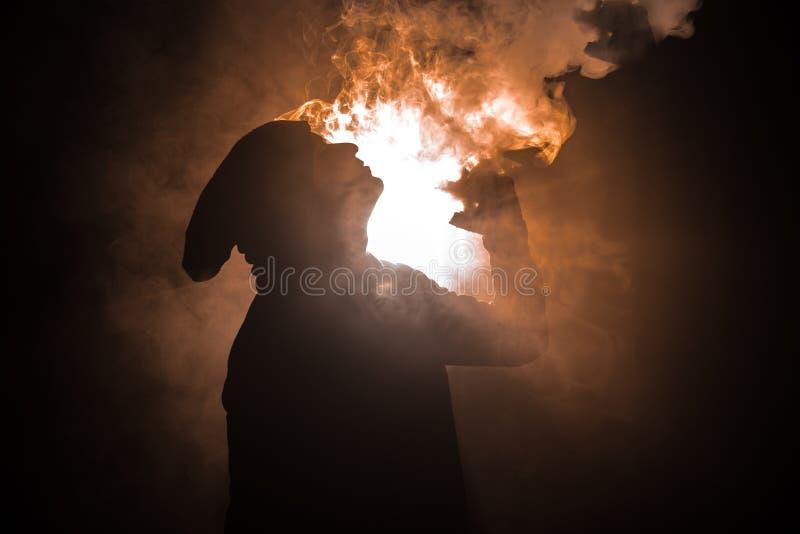 Vaping mężczyzna trzyma mod Chmura opary Czarny tło Vaping elektroniczny papieros z mnóstwo dymem Vape pojęcie zdjęcia stock