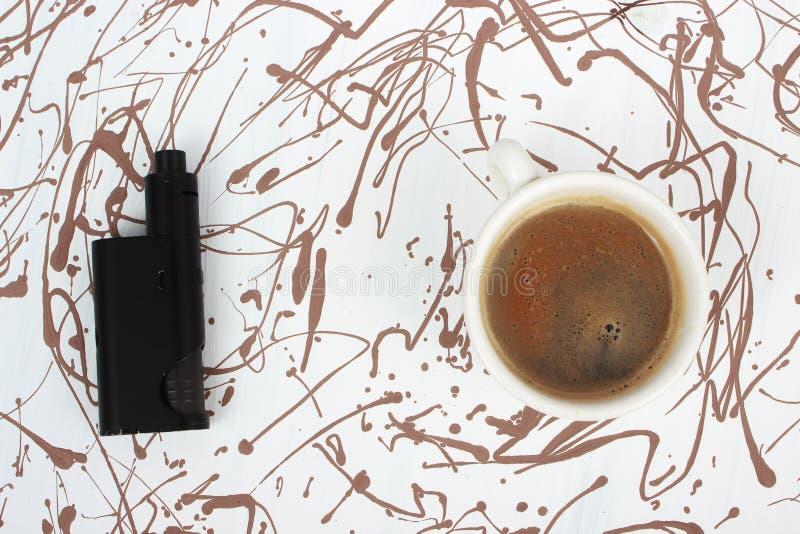 Vaping uppsättning och kaffe arkivbild