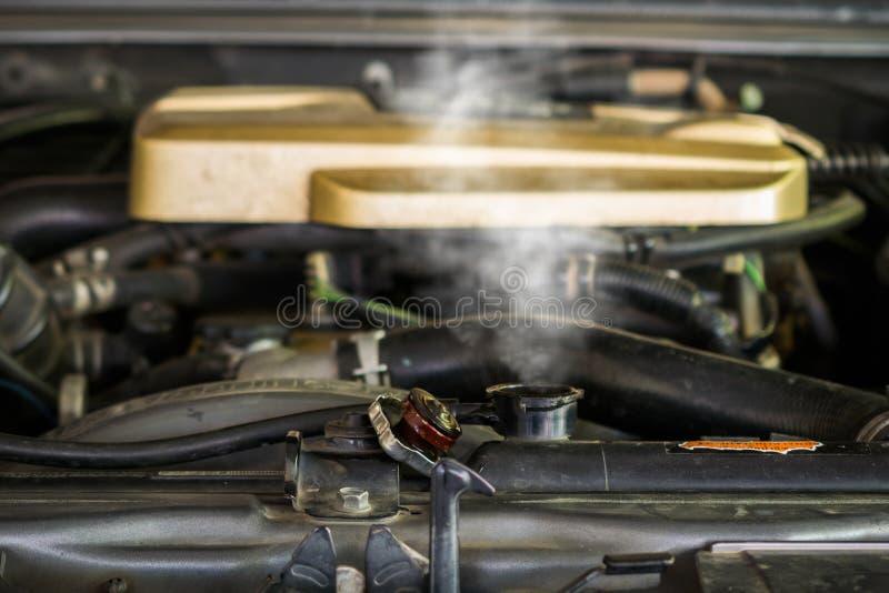 Vapor caliente que sale del radiador, motor de coche sobre calor fotos de archivo