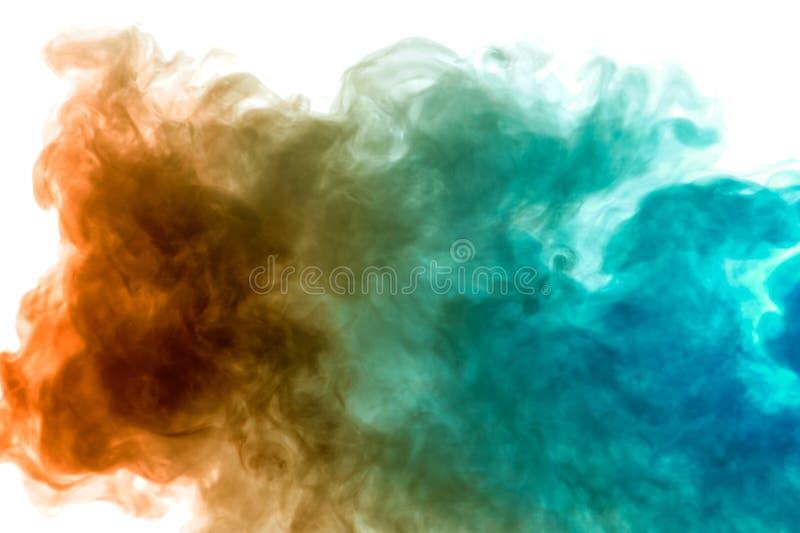 Vapor colorido expirado do vape com uma transição suave de moléculas da cor do amarelo ao azul em um fundo branco como a imagens de stock