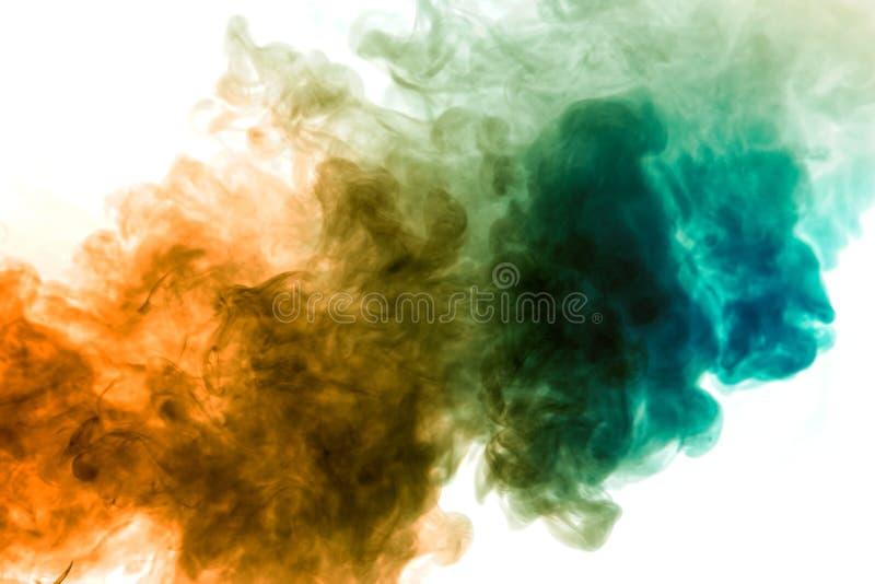 Vapor colorido expirado do vape com uma transição suave de moléculas da cor do amarelo ao azul em um fundo branco como a foto de stock