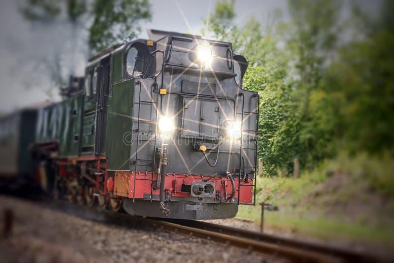 Vapor histórico trem railway posto com luzes imagem de stock