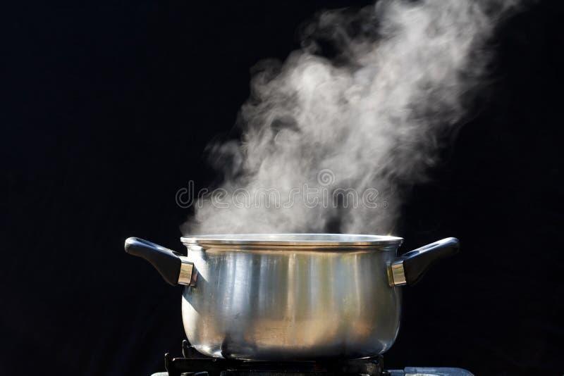 Vapor no potenciômetro na cozinha imagens de stock royalty free