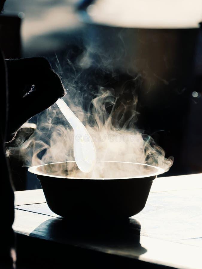 Vapor quente de uma bacia do congee no tempo frio fotografia de stock royalty free
