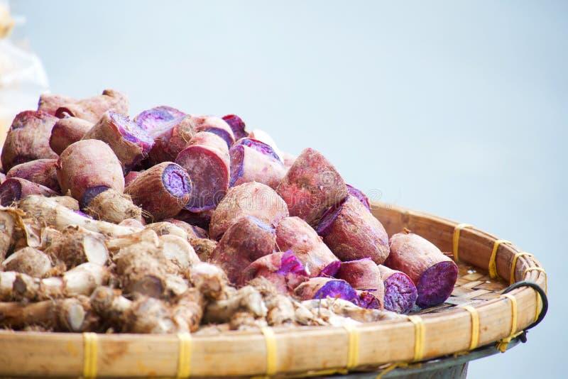 Vapor roxo de ipomoea batatas da batata doce em um potenciômetro fotografia de stock royalty free