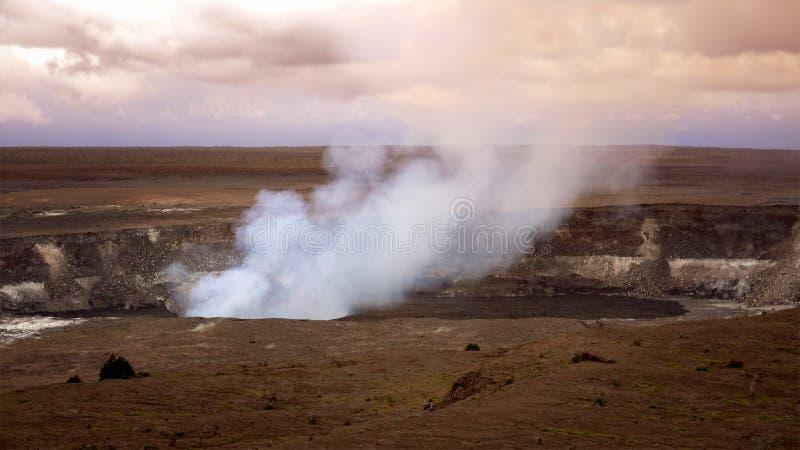 Vapor y humo que suben del cráter activo de Halemaumau en Volc imágenes de archivo libres de regalías