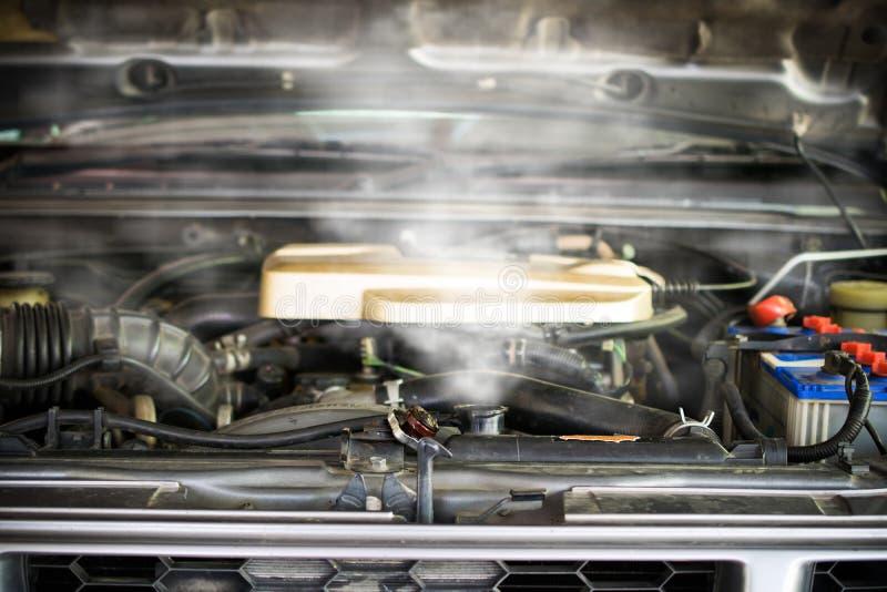 Vapore caldo che esce da radiatore, motore di automobile sopra calore immagini stock