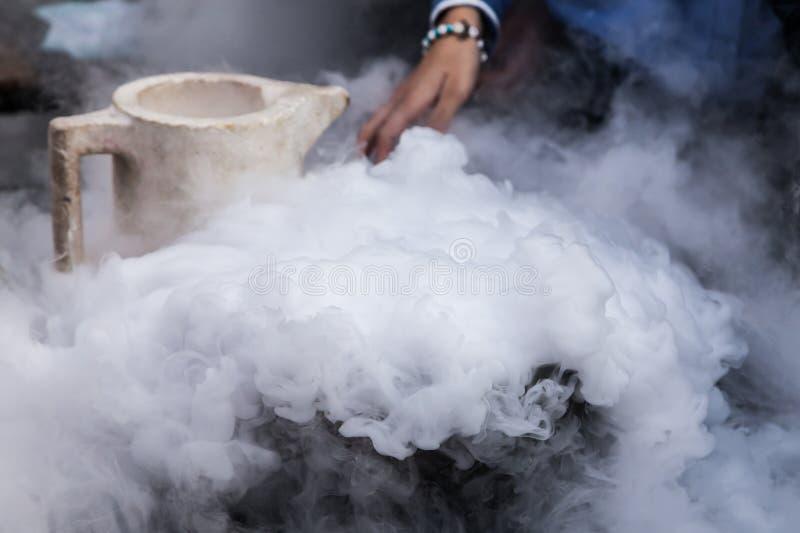 Vapore di azoto creato da azoto liquido esposto alle temperature ambienti fotografie stock