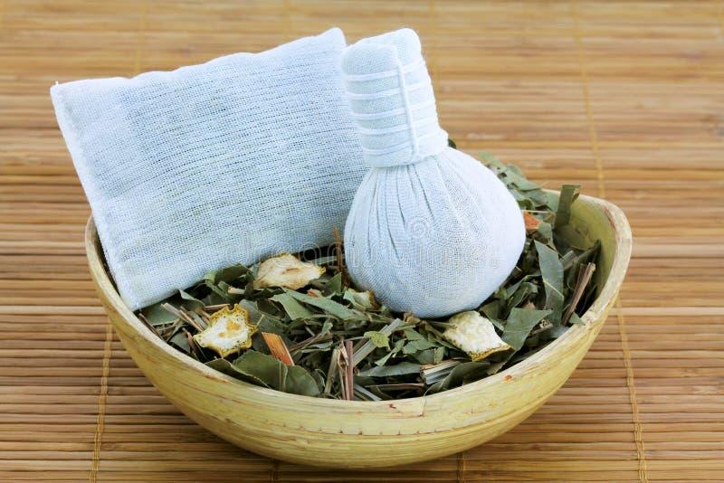 Vapore di erbe aromatico: compressa tailandese tradizionale immagini stock