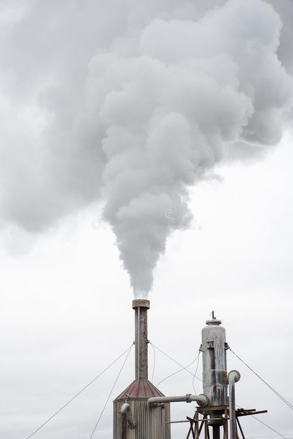 Vapores geotérmicas da central elétrica em Islândia fotografia de stock