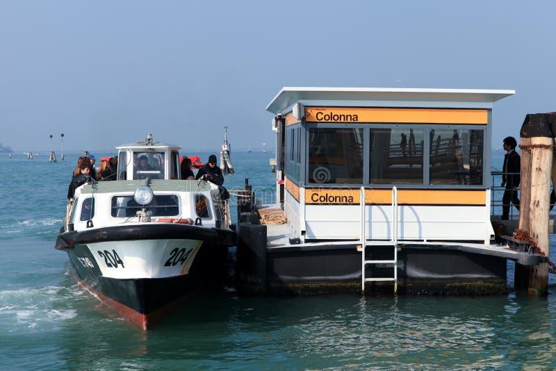 Vaporetto (autobús del agua) en Venecia imagenes de archivo