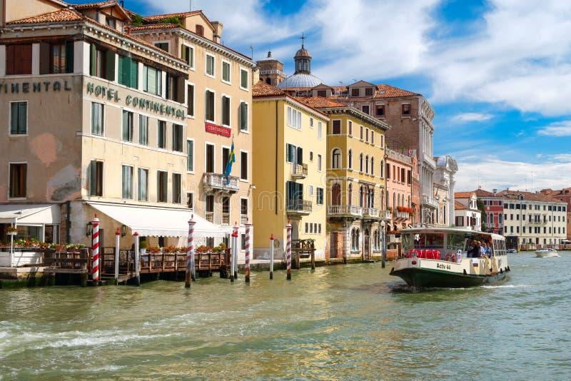 Vaporetto o autobús del agua en Grand Canal en Venecia en un día de verano soleado imágenes de archivo libres de regalías