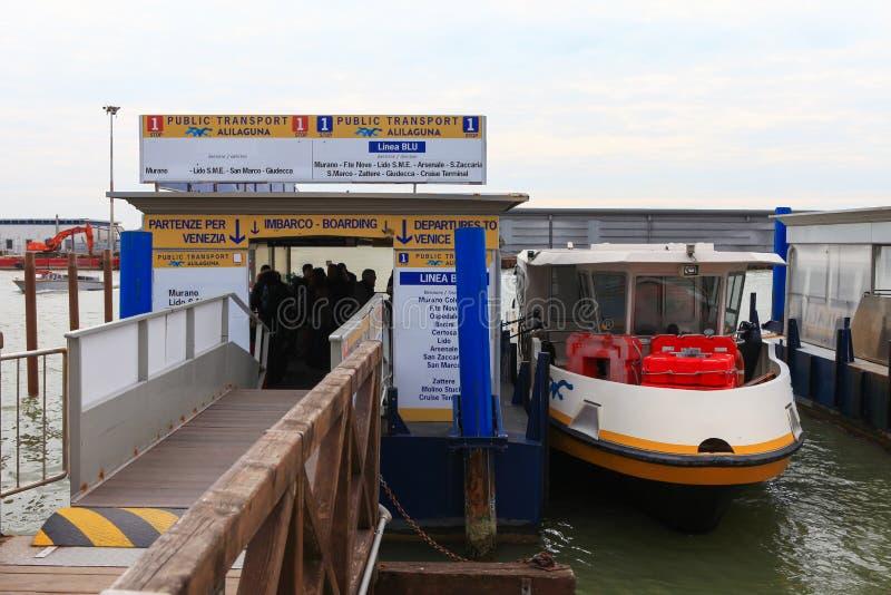 Vaporetto (wodny autobus) przy Wenecja lotniskiem zdjęcia royalty free