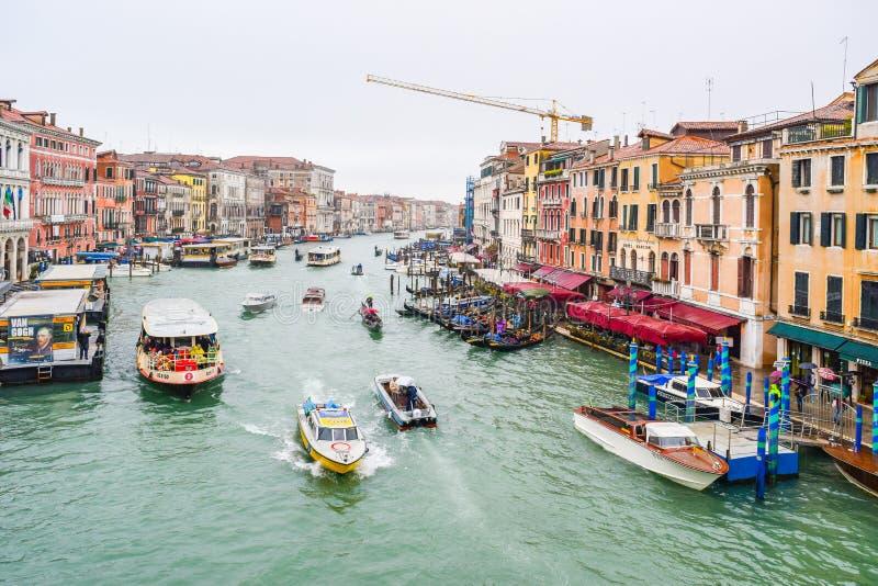 Vaporettos水公共汽车、长平底船、航行在大运河的威尼斯式大厦之间的水出租汽车&其他小船在威尼斯,意大利 库存图片