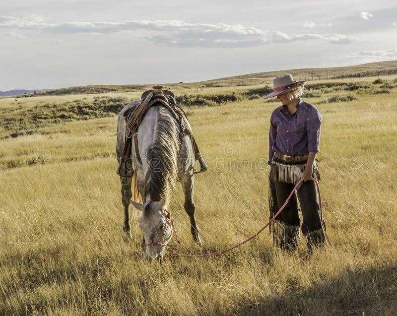 Vaqueira bonita com cavalo fotos de stock