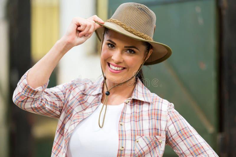 Vaqueira que guarda o chapéu foto de stock