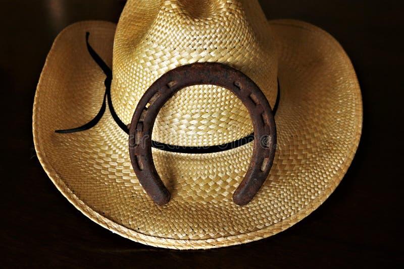 Vaqueiro Hat e ferradura isolada no fundo preto imagem de stock