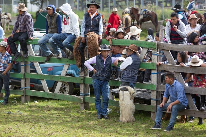 Vaqueiros em um evento rural do rodeio foto de stock