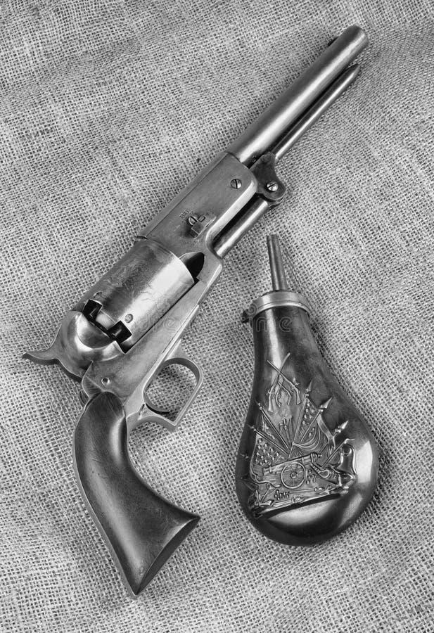 Vaquero antiguo Pistol y frasco de la p?lvora imagenes de archivo