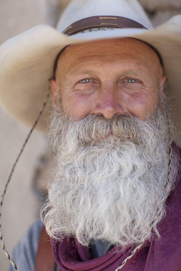 Vaquero con una barba blanca larga imagenes de archivo