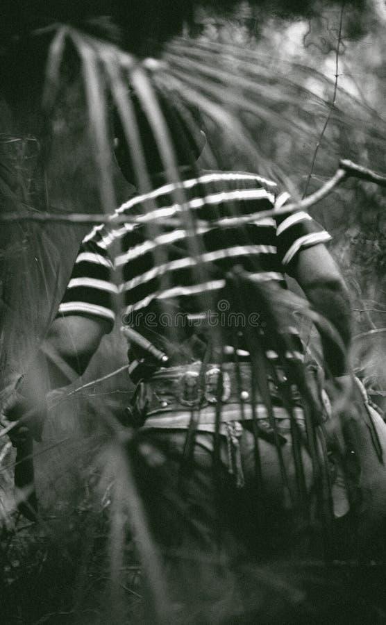 Vaquero de Parayan que busca abejas en una selva imagen de archivo