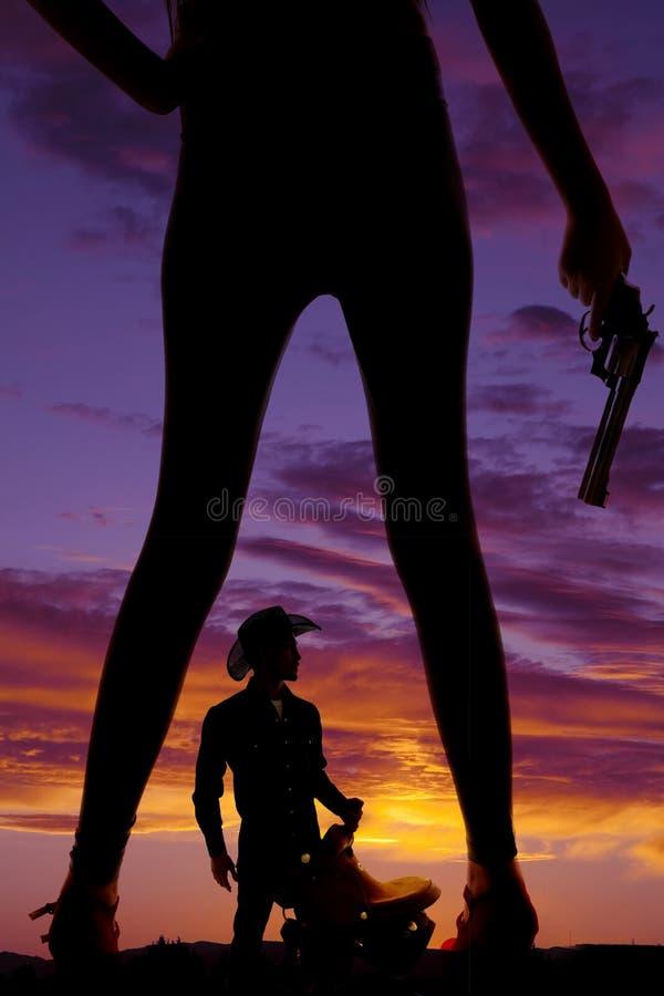 Vaquero disponible del arma de las piernas de la mujer de la silueta imagenes de archivo