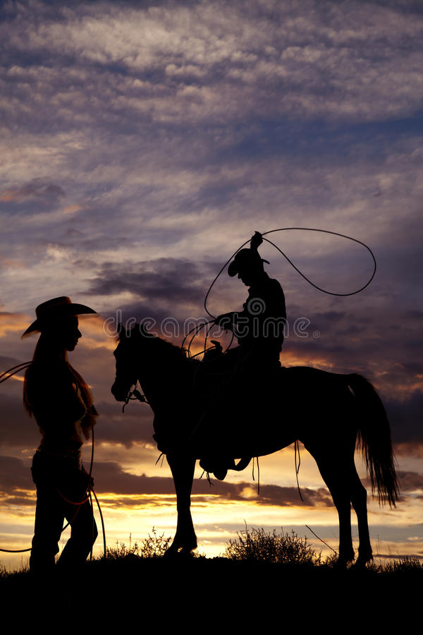 Vaquero en cuerda de balanceo del caballo imagenes de archivo