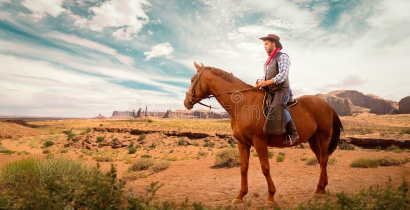 Vaquero en la ropa de cuero que monta un caballo, occidental fotografía de archivo libre de regalías