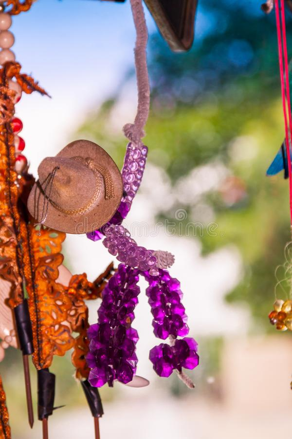 Vaquero hecho con las gotas que cuelgan en la decoración del parabrisas del coche imagen de archivo libre de regalías