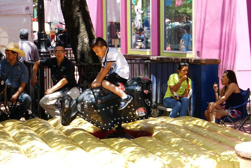 Vaquero hispánico joven Market Square San Antonio fotos de archivo