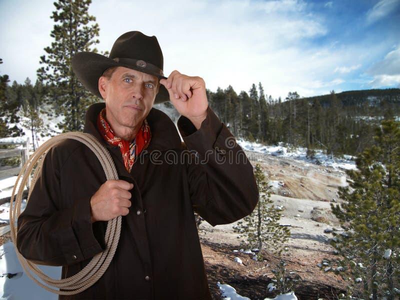 Vaquero que trabaja afuera en invierno foto de archivo