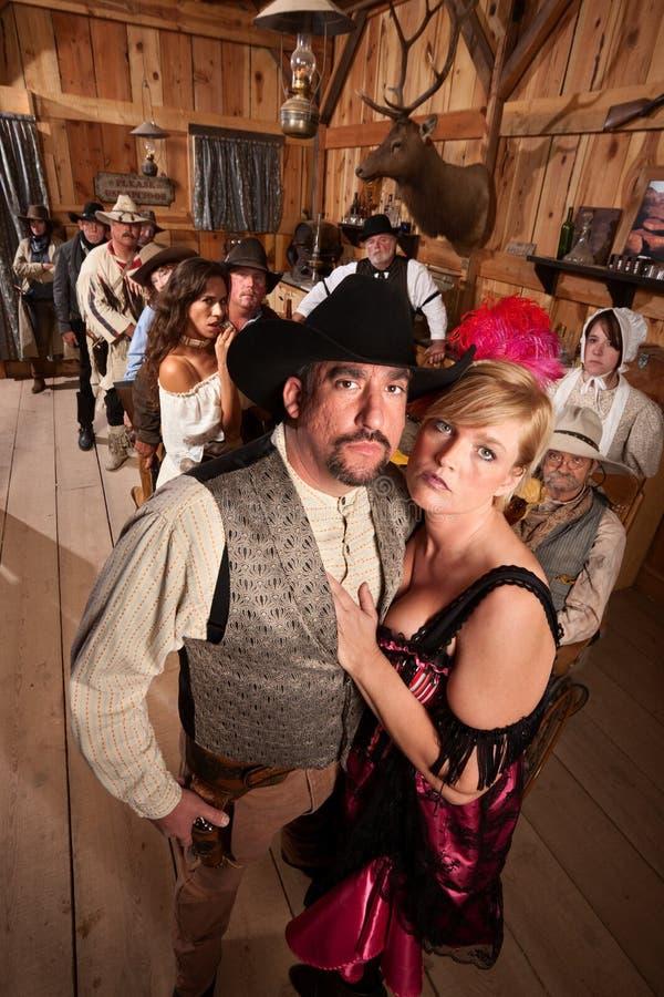 Vaquero y prostitute en salón fotografía de archivo