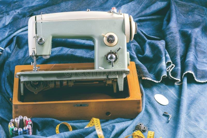 Vaqueros de costura con la máquina de coser, concepto industrial del dril de algodón del añil de la ropa fotos de archivo libres de regalías
