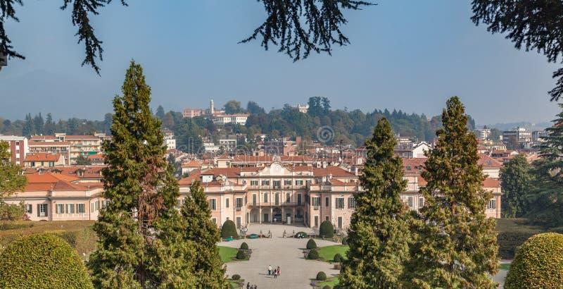 Varèse EN OCTOBRE 2018 ITALIE - peuples regardant de pair la vue des jardins du palais d'Estense (Palazzo Estense) photo libre de droits