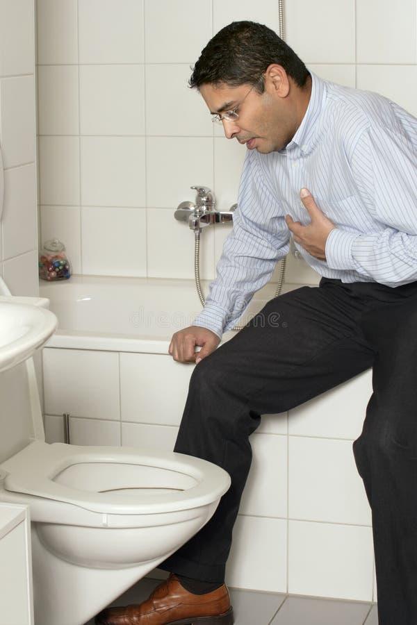 Varón adulto con el malestar estomacal fotografía de archivo