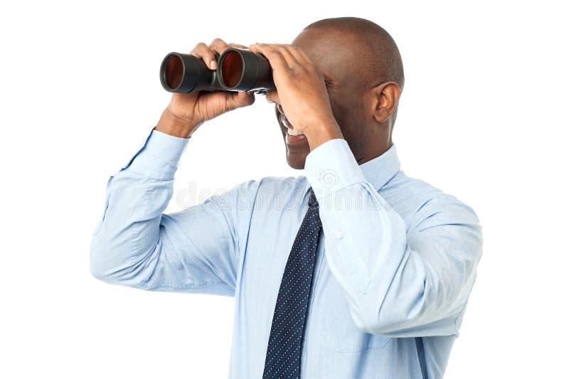 Varón africano usando binocular fotos de archivo