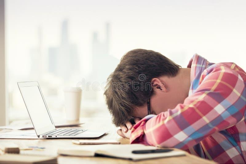 Varón agotado en oficina imagen de archivo libre de regalías