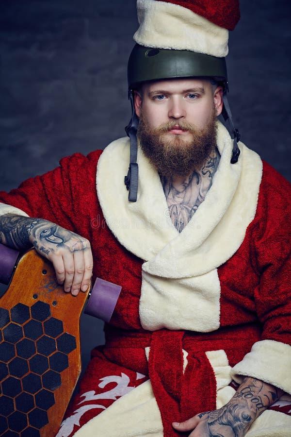Varón barbudo en traje del Año Nuevo de Santas fotos de archivo libres de regalías