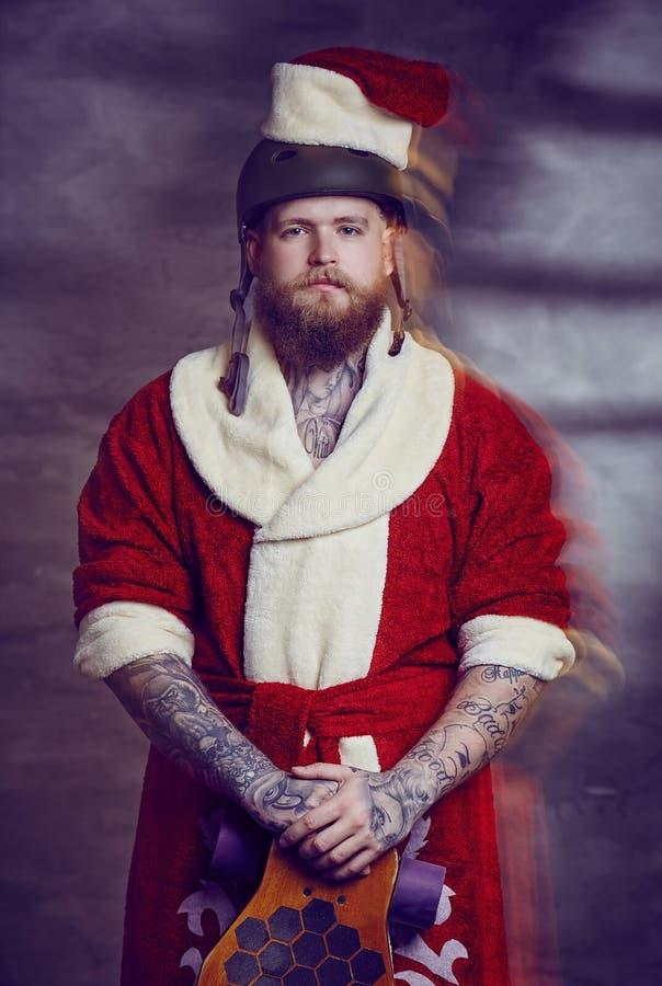 Varón barbudo en traje del Año Nuevo de Santas fotografía de archivo libre de regalías