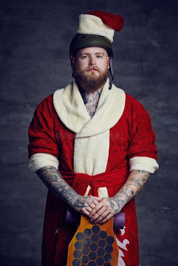 Varón barbudo en traje del Año Nuevo de Santas foto de archivo