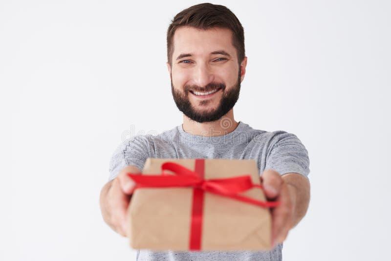 Varón barbudo hermoso en el humor alegre que celebra el regalo y la sonrisa fotografía de archivo libre de regalías