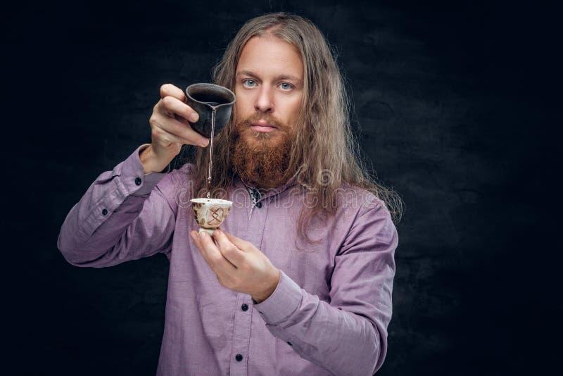 Varón barbudo positivo foto de archivo libre de regalías