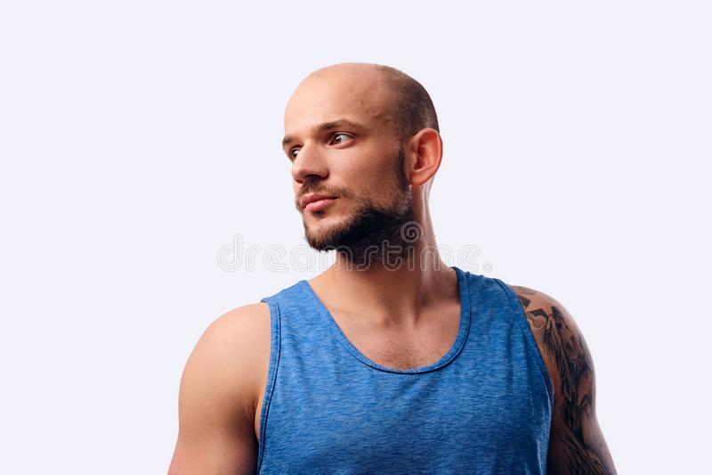 Varón barbudo principal afeitado aislado en un fondo blanco foto de archivo libre de regalías