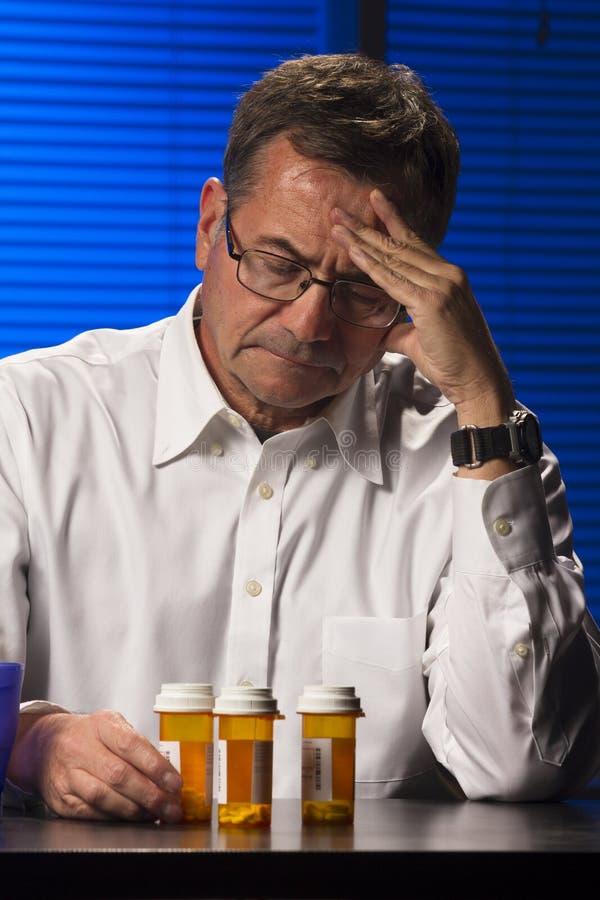 Varón blanco con los medicamentos de venta con receta foto de archivo