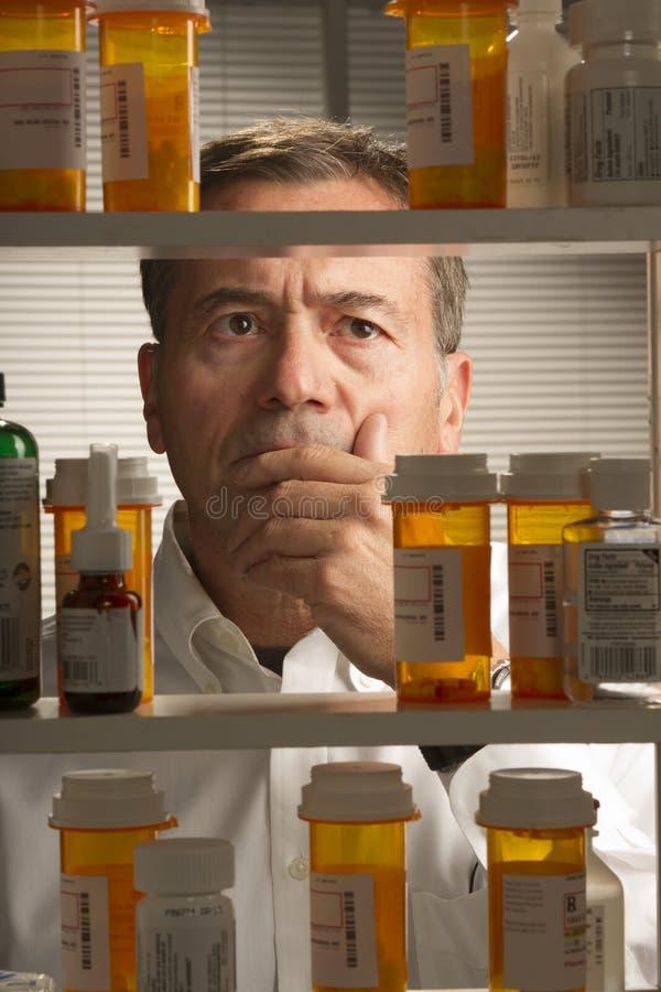 Varón blanco con los medicamentos de venta con receta imagenes de archivo