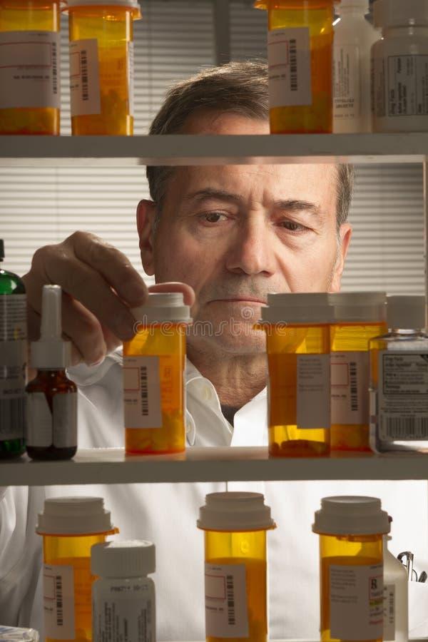 Varón blanco con los medicamentos de venta con receta imágenes de archivo libres de regalías
